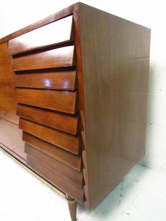 Mid Century Modern Nine Drawer Dresser By American Of Martinsville In Good  Condition For Sale
