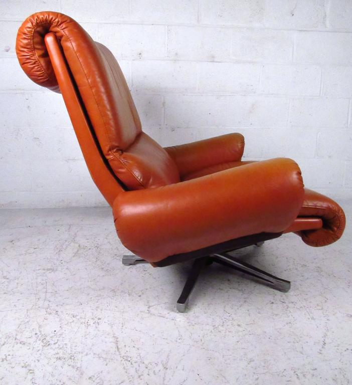 Pair of Midcentury Style Danish Rosewood and Leather Swivel Lounge Chairs In Good Condition For Sale In Brooklyn, NY