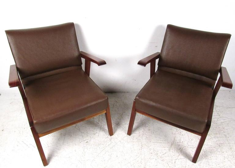 Pair of Unique Mid-Century Modern Italian Floating Armchairs In Good Condition For Sale In Brooklyn, NY