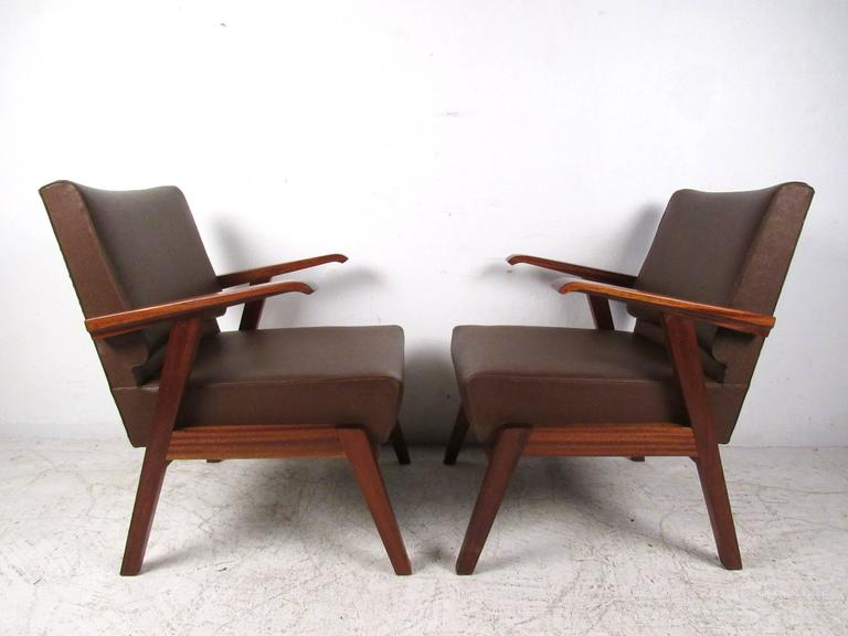 Late 20th Century Pair of Unique Mid-Century Modern Italian Floating Armchairs For Sale