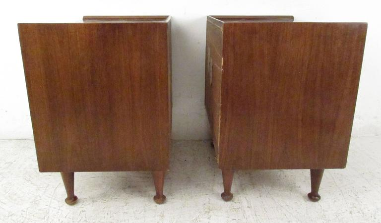 Mid-Century Modern Pair of Midcentury Nightstands by Hoke For Sale