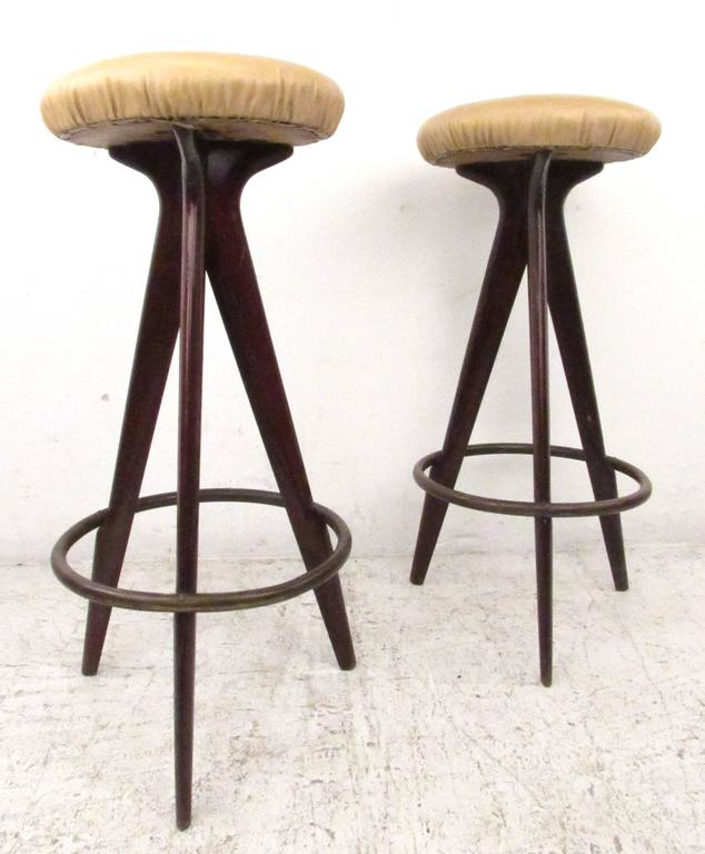 Pair Of Mid Century Modern Bar Stools In Good Condition For Brooklyn