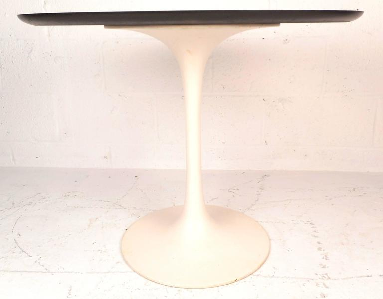 This wonderful mid-century modern side table features a cast iron tulip shaped base. This unique knoll style piece makes the perfect addition to any modern interior. Please confirm item location (NY or NJ).
