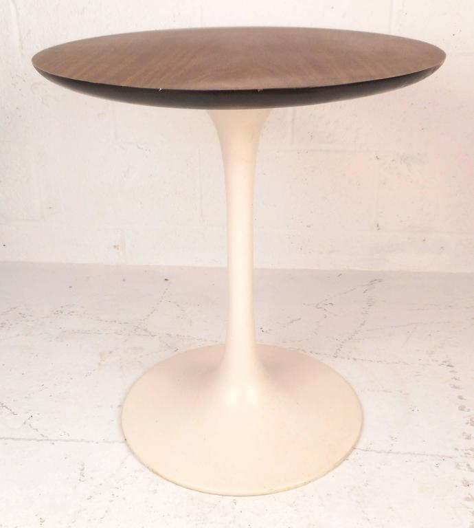 Mid-Century Modern Vintage Oval Side Table in the Style of Eero Saarinen For Sale