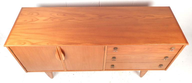 Mid-Century Modern Credenza by Stanley In Good Condition For Sale In Brooklyn, NY