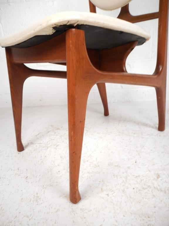 Set of Mid-Century Modern Teak Dining Chairs in the Style of Finn Juhl For Sale 2