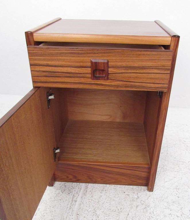 Scandinavian Pair of Danish Modern Nightstands For Sale