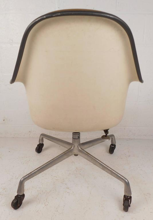 Mid-Century Modern Herman Miller Shell Desk Chair In Good Condition For Sale In Brooklyn, NY