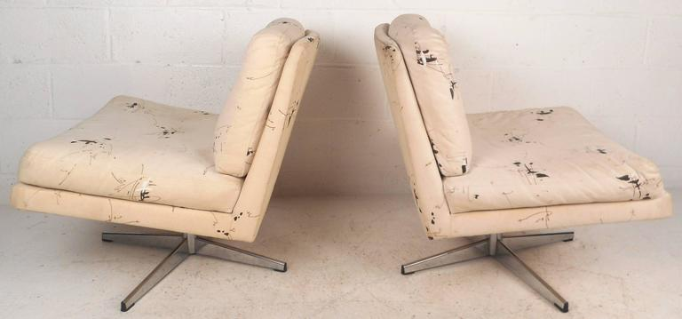 Mid-Century Modern Swivel Lounge Chairs in the Style of Milo Baughman In Good Condition For Sale In Brooklyn, NY
