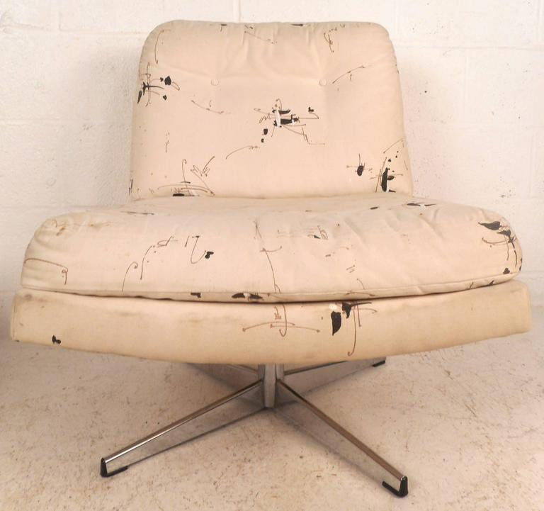 Chrome Mid-Century Modern Swivel Lounge Chairs in the Style of Milo Baughman For Sale