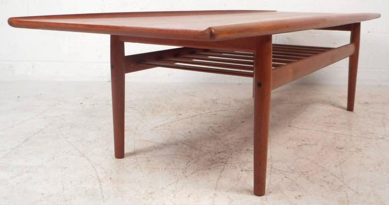 Mid-Century Modern Newly Refinished Walnut Coffee Table In Good Condition For Sale In Brooklyn, NY