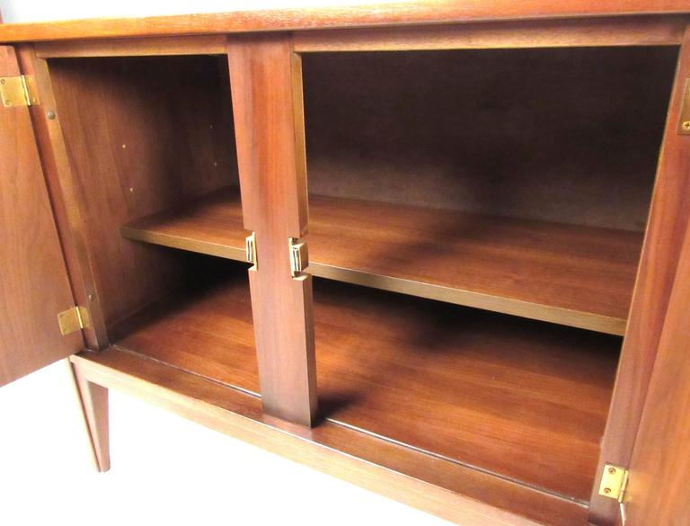 United Furniture Corporation Mid-Century Walnut Credenza In Good Condition For Sale In Brooklyn, NY