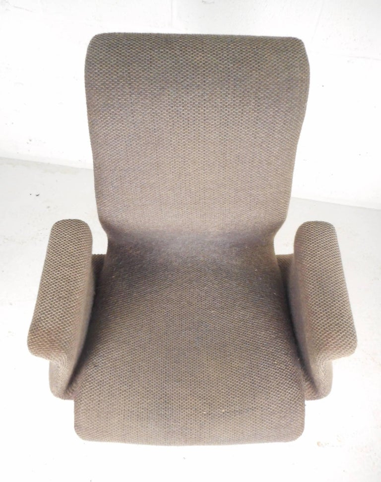 Unique Mid-Century Modern Swivel Lounge Chair In Good Condition For Sale In Brooklyn, NY
