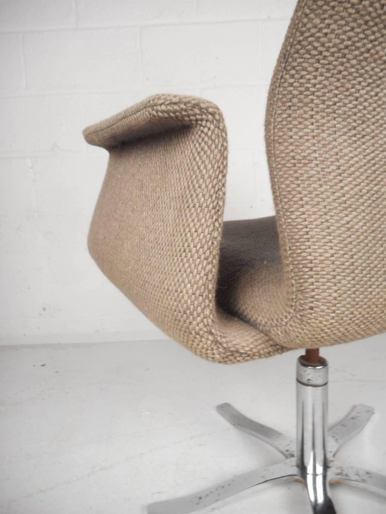 Unique Mid-Century Modern Swivel Lounge Chair For Sale 1