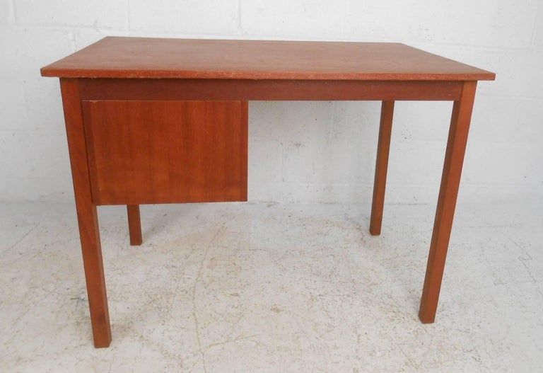 Mid-Century Modern Danish Teak Desk In Good Condition For Sale In Brooklyn, NY