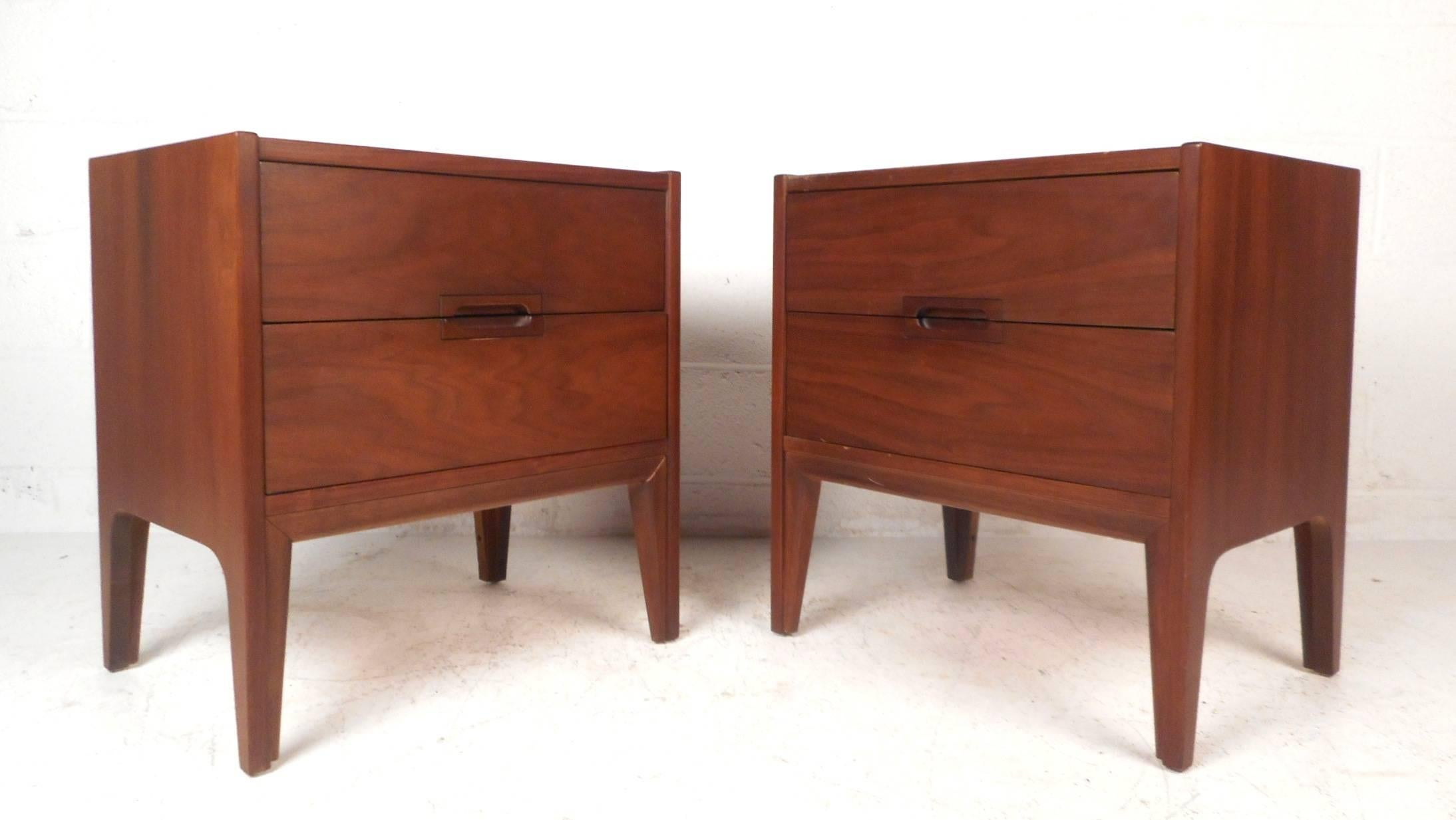 American Mid Century Modern Walnut Bedroom Set By United Furniture Co For  Sale