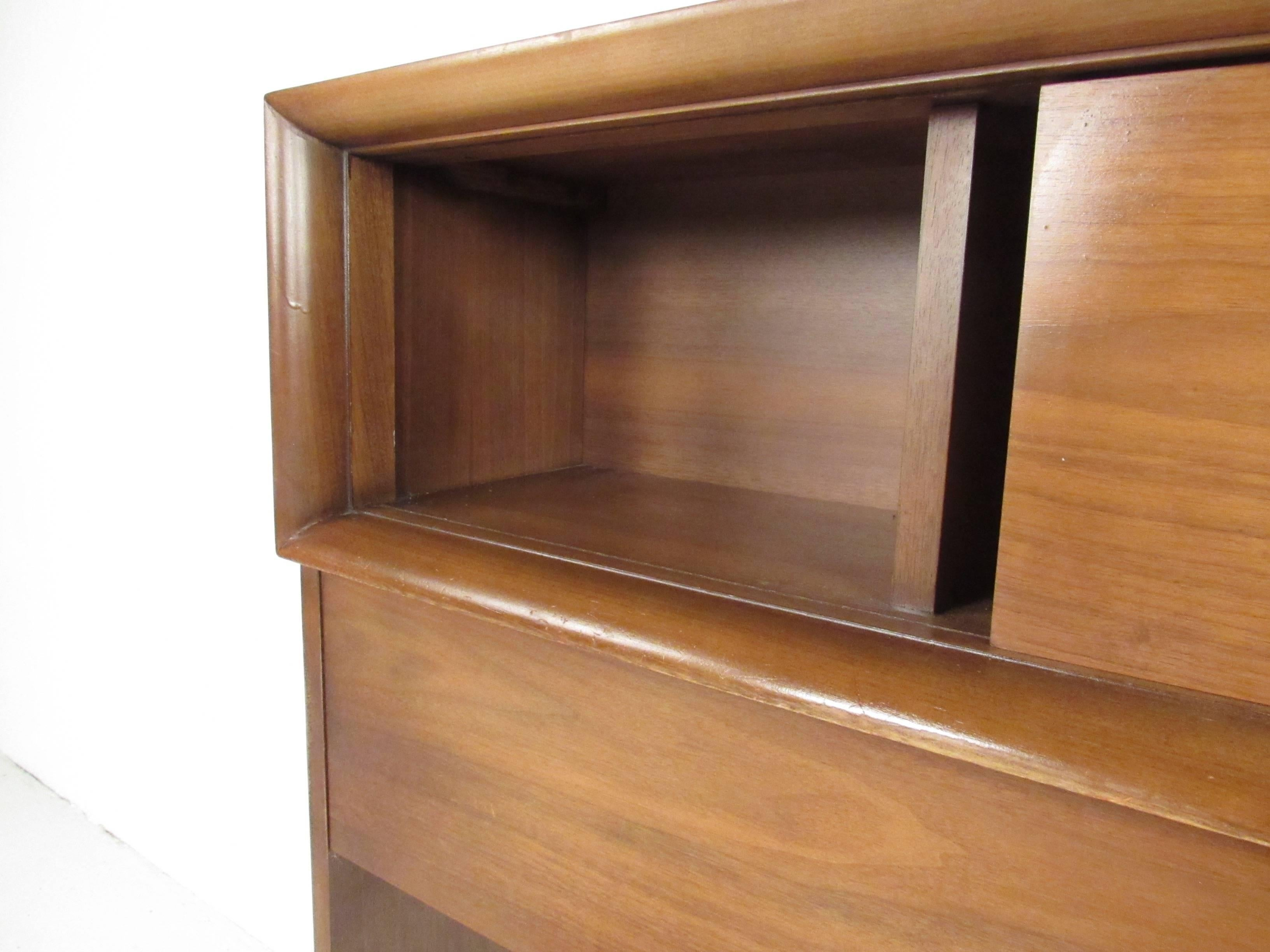 Charmant Mid Century Modern Midcentury Walnut Headboard With Storage Compartments  For Sale
