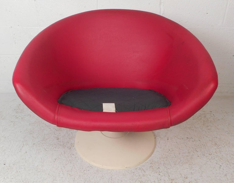 Unusual Mid-Century Modern Overman Pod Chair In Good Condition For Sale In Brooklyn, NY
