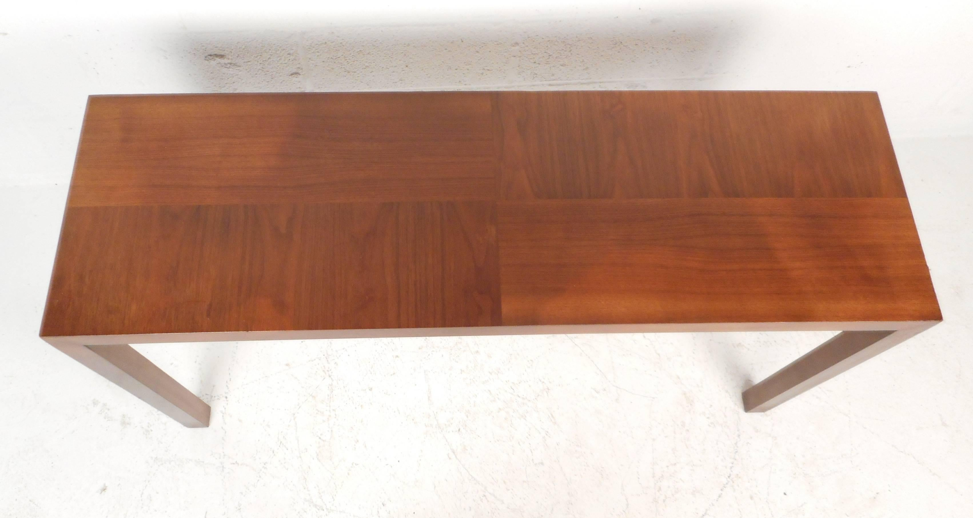 Mid Century Modern Parsons Style Console Table In Good Condition For Sale  In Brooklyn,