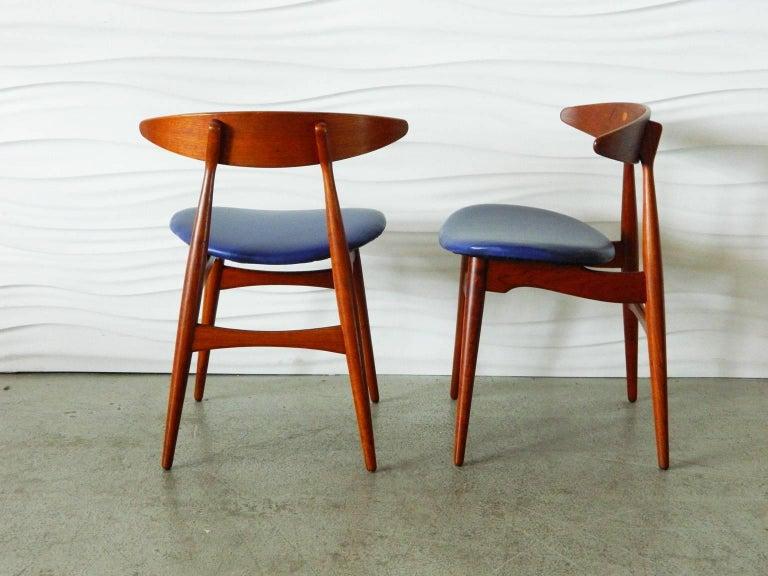 Mid-Century Modern Pair of Teak Hans Wegner CH33 Chairs For Sale