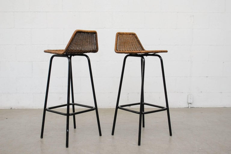 Mid-Century Modern Pair of Charlotte Perriand Style Wicker Bar Stools For Sale