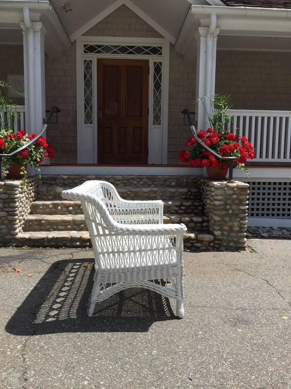 Antique Paine Furniture Triple Cross Wicker Settee In Excellent Condition  For Sale In Old Saybrook,