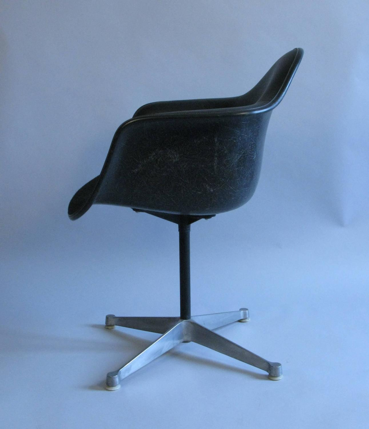 Pair of 1960s charles eames for herman miller swivel chairs at 1stdibs - Herman miller bucket chair ...