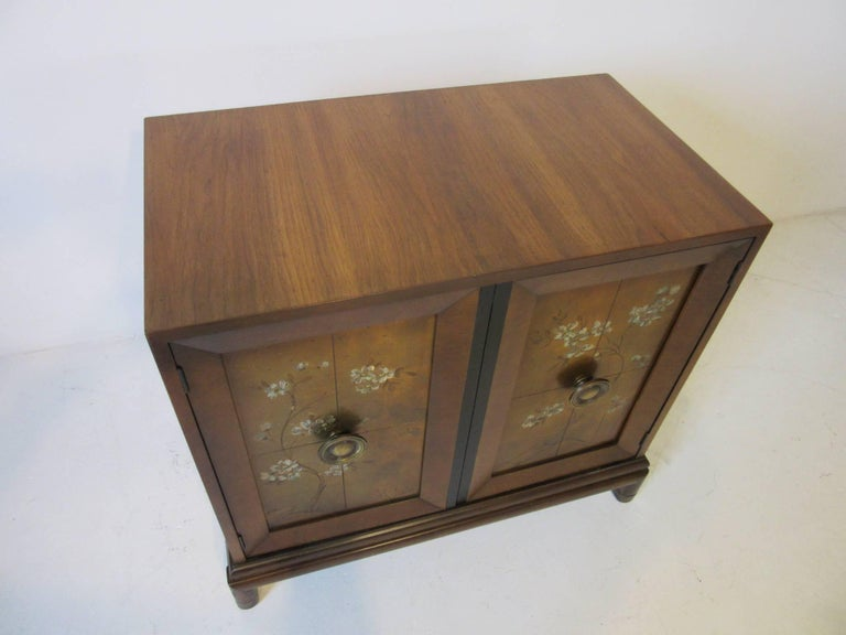 Renzo Rutili Commode / Cabinet for Johnson Brothers In Good Condition In Cincinnati, OH