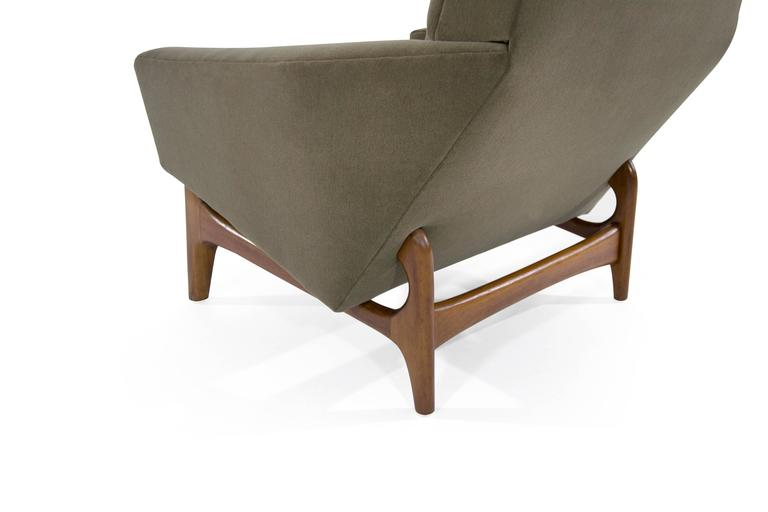 20th Century Scandinavian Modern Lounge Chairs on Sculptural Teak Bases For Sale