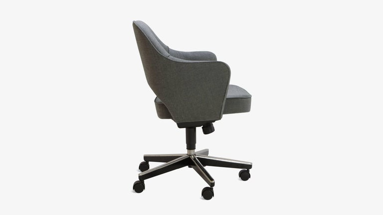 Mid-Century Modern Saarinen Executive Arm Chair in Textured Charcoal Weave, Swivel Base For Sale