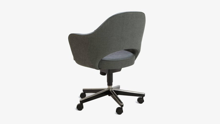 Saarinen Executive Arm Chair in Textured Charcoal Weave, Swivel Base In Excellent Condition For Sale In Bridgeport, CT