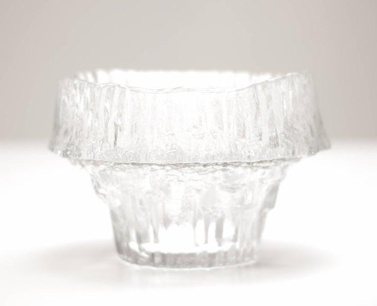 Large Tapio Wirkkala stellaria bowl #3450 by Iittala. Mould-blown clear glass. Marked: Tapio Wirkkala 3450 (engraved).