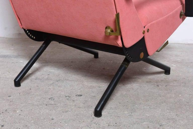 Pink fabric Osvaldo Borsani, P40 Lounge Chair for Tecno, Italy For Sale 1