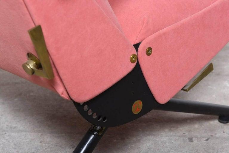 Pink fabric Osvaldo Borsani, P40 Lounge Chair for Tecno, Italy For Sale 2