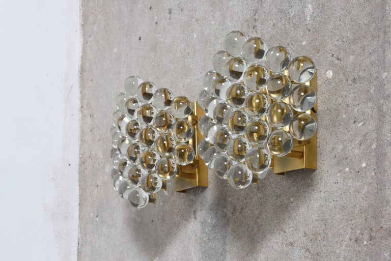 These beautiful sconces composed of Murano transparent crystal spherical glass grains attached to a gold-plated frame. Set of two sconces designed by Palme and Walter a perfect fusion that creates an elegant lighting effect. In very good