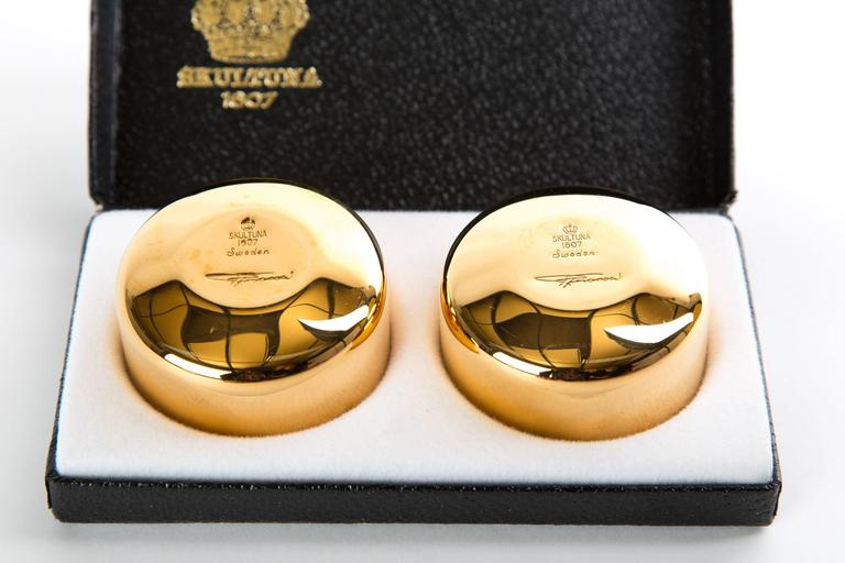 GOLD-PLATED DRINK CUPS. Two gold-plated cups. Designed by Pierre Forssell. In the original box.