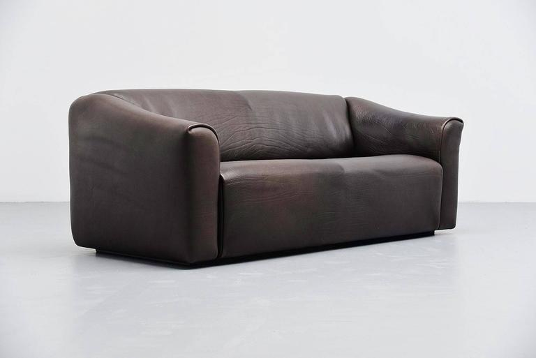 Comfortable and extractable lounge sofa designed and made by De Sede, Switzerland, 1970. This is for model DS47/3. The sofa is made of high quality dark brown buffalo leather. De Sede is known for its supreme quality leather and comfort seating. The