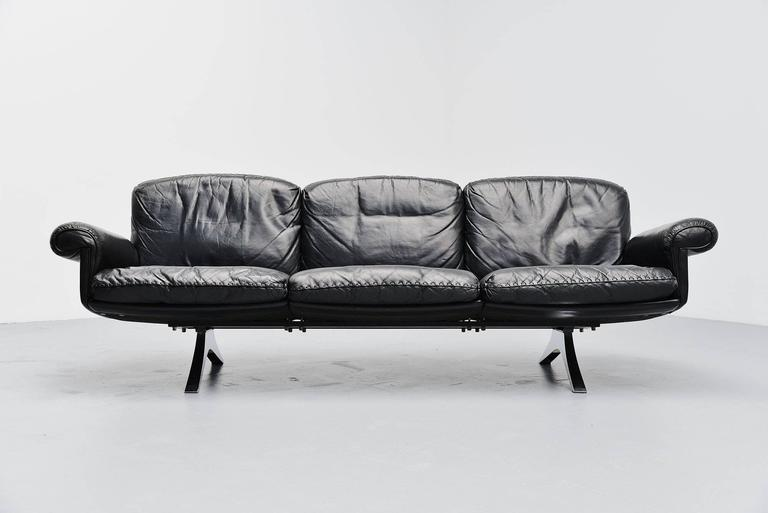 Dynamic lounge sofa designed and manufactured by De Sede, Switzerland 1970. This sofa is model DS31/3 by De Sede and has black leather seat with nicely finished cushions. The legs are made of chrome-plated aluminum. De Sede is know by its quality