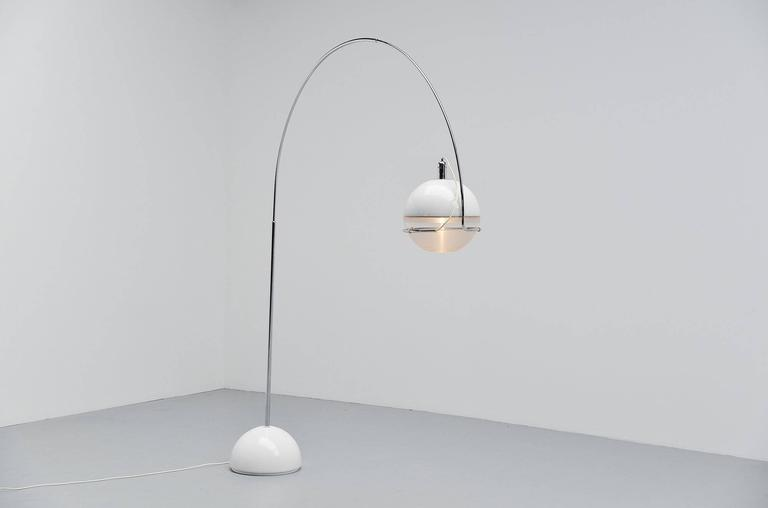 Here for a very cool typical seventies floor lamp, model Focus designed by Fabio Lenci for iGuzzini in 1972. This is one of the rarer lamps iGuzzini made during the 1970s, this was a very expensive lamp in the days made of high quality and of course