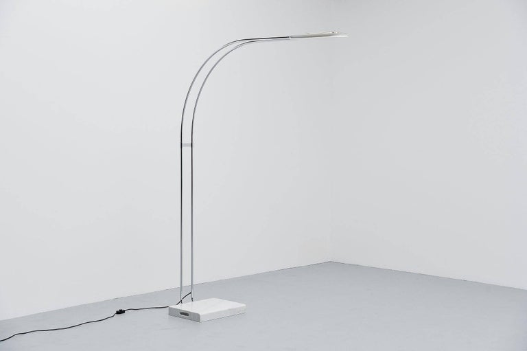 Monumental Gesto Terra floor lamp designed by Bruno Geccheling for Gruppo Skipper, Italy 1974. This rare large arc shaped floor lamp has a rectangular whit Carrara marble base and a chrome-plated tubular arm. It has a white painted shade with