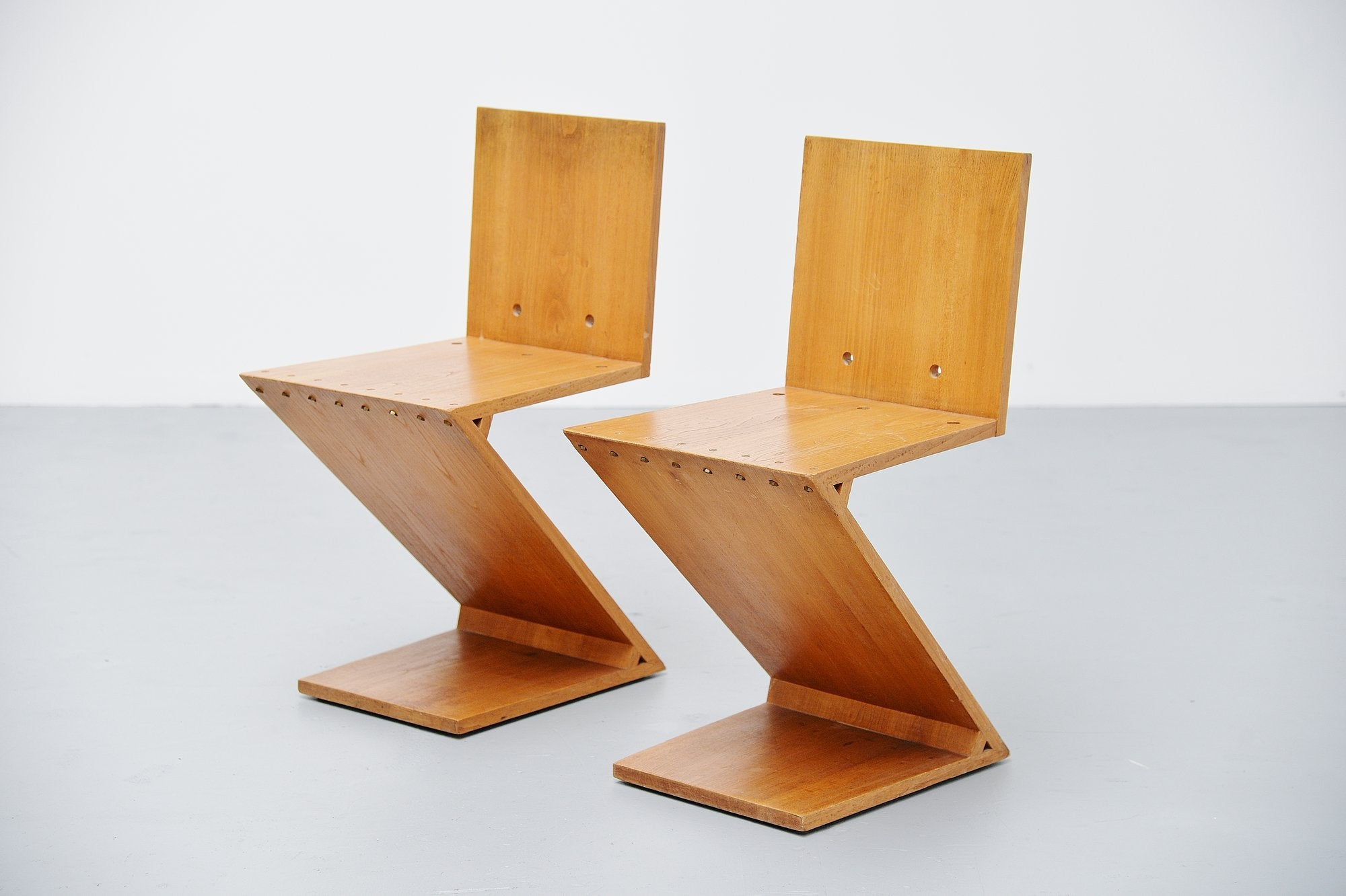 Superbe Gerrit Rietveld Zig Zag Chair Pair G.A.v.d. Groenekan, 1965 For Sale At  1stdibs