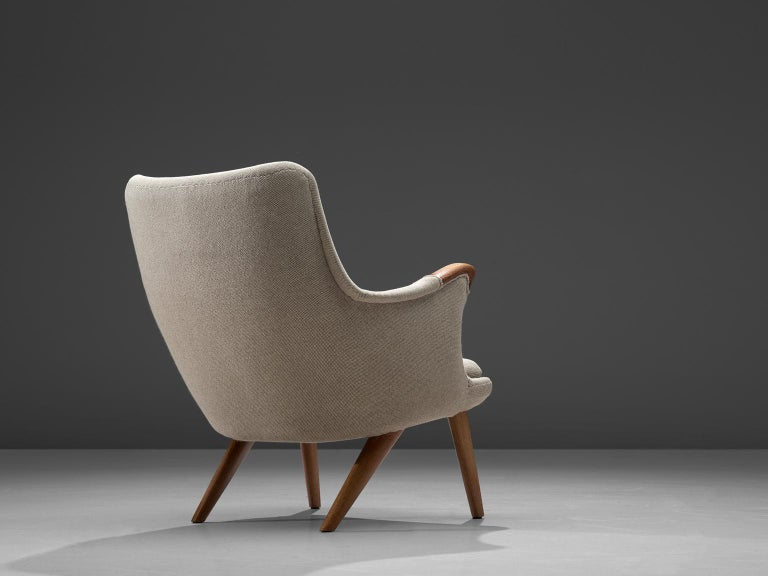 Scandinavian Modern Danish Lounge Chair in Oak and Light Grey Fabric, 1960s For Sale