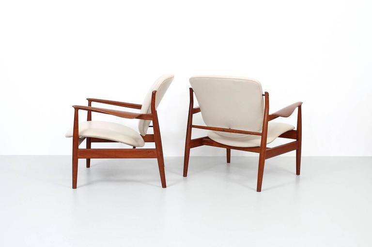 Scandinavian Modern Pair of Lounge Chairs by Finn Juhl For Sale