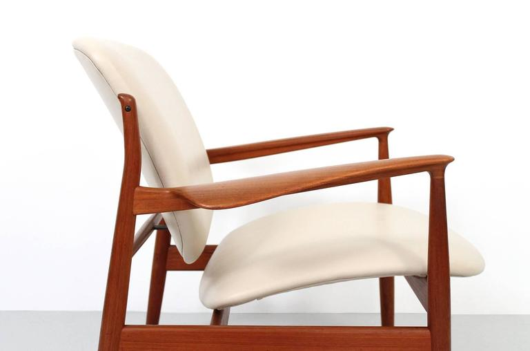 Mid-20th Century Pair of Lounge Chairs by Finn Juhl For Sale