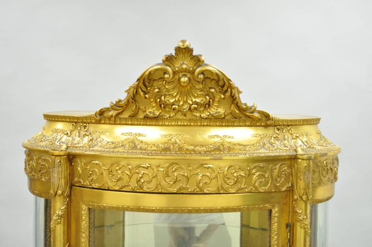 French Louis XV Gold Giltwood Vernis Martin Curved Glass Vitrine Curio Cabinet In Good Condition For Sale In Philadelphia, PA