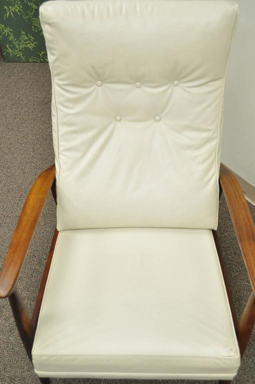 Milo Baughman for James Inc Thayer Coggin Sculpted Walnut Recliner Lounge Chair In Good Condition For Sale In Philadelphia, PA