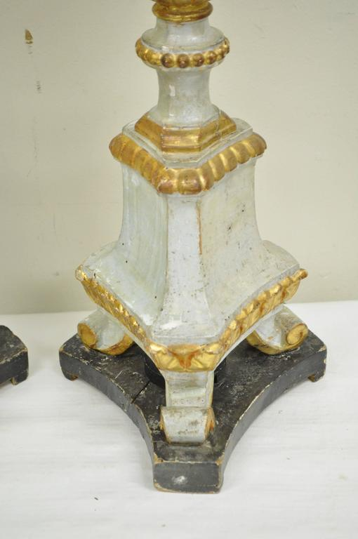 Pair of Early 20th Century Italian Hand-Carved Giltwood Neoclassical Table Lamps For Sale 2