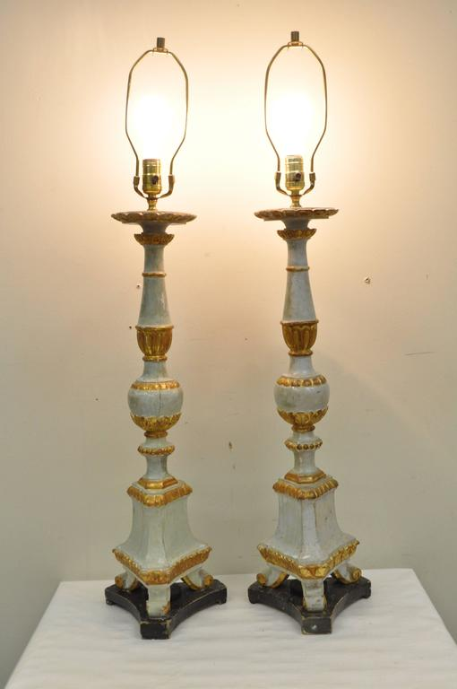 Pair of Early 20th Century Italian Hand-Carved Giltwood Neoclassical Table Lamps For Sale 4