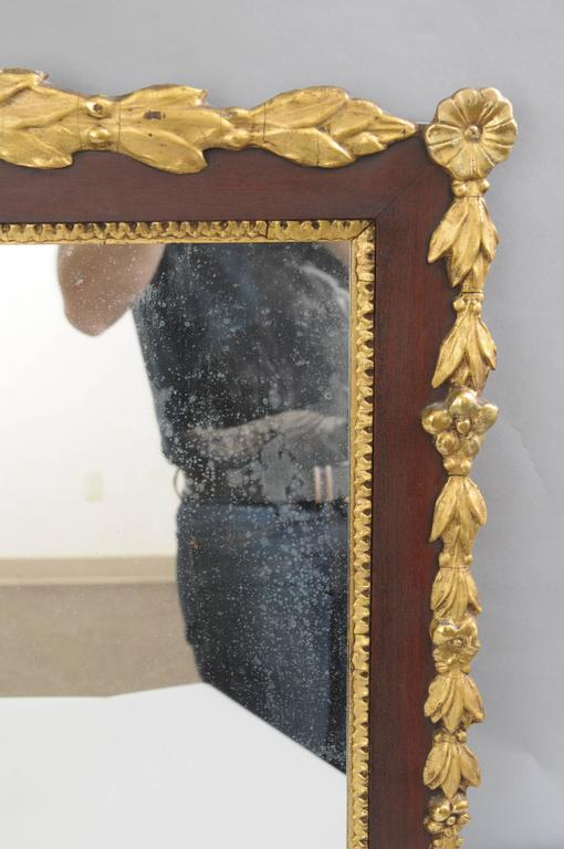 Biggs Federal Style Parcel Gilt Mahogany Three Panel Overmantel Wall Mirror In Good Condition For Sale In Philadelphia, PA