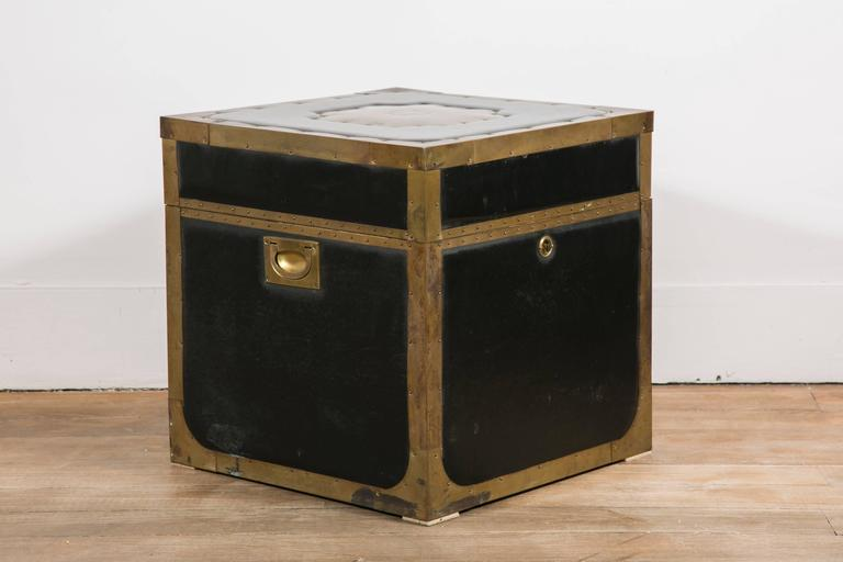 Attractive Pair of Leather and Brass Trunk Tables In Good Condition For Sale In Paris, Ile-de-France